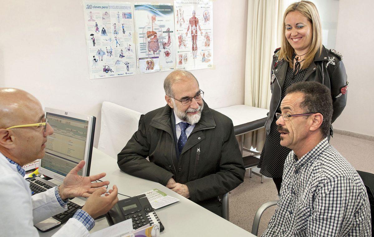 El consejero de Salud de Navarra asiste a una demostración de la nueva aplicación. Imagen: navarra.es